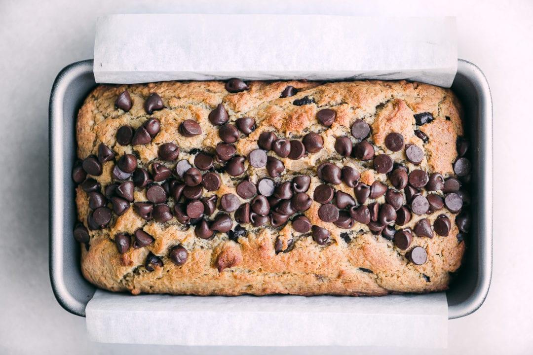 una hogaza de pan de chocolate con mantequilla de maní
