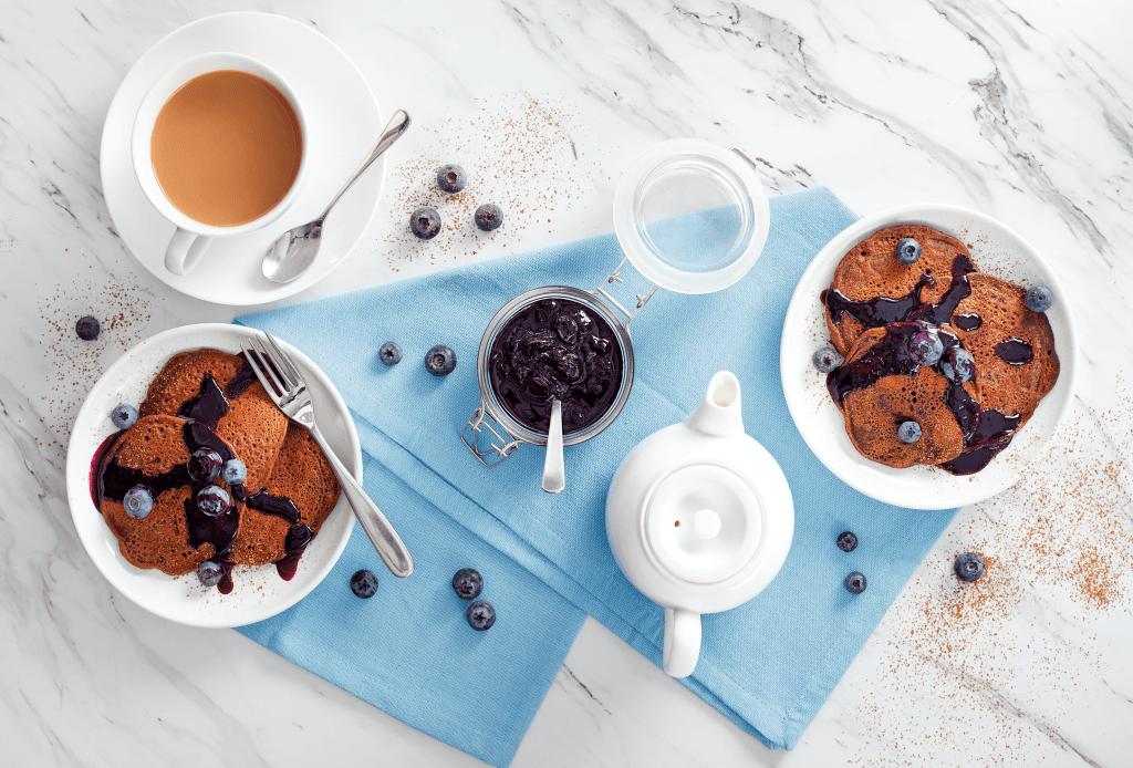 Panqueques de chocolate vegano de Aldi con compota de arándanos
