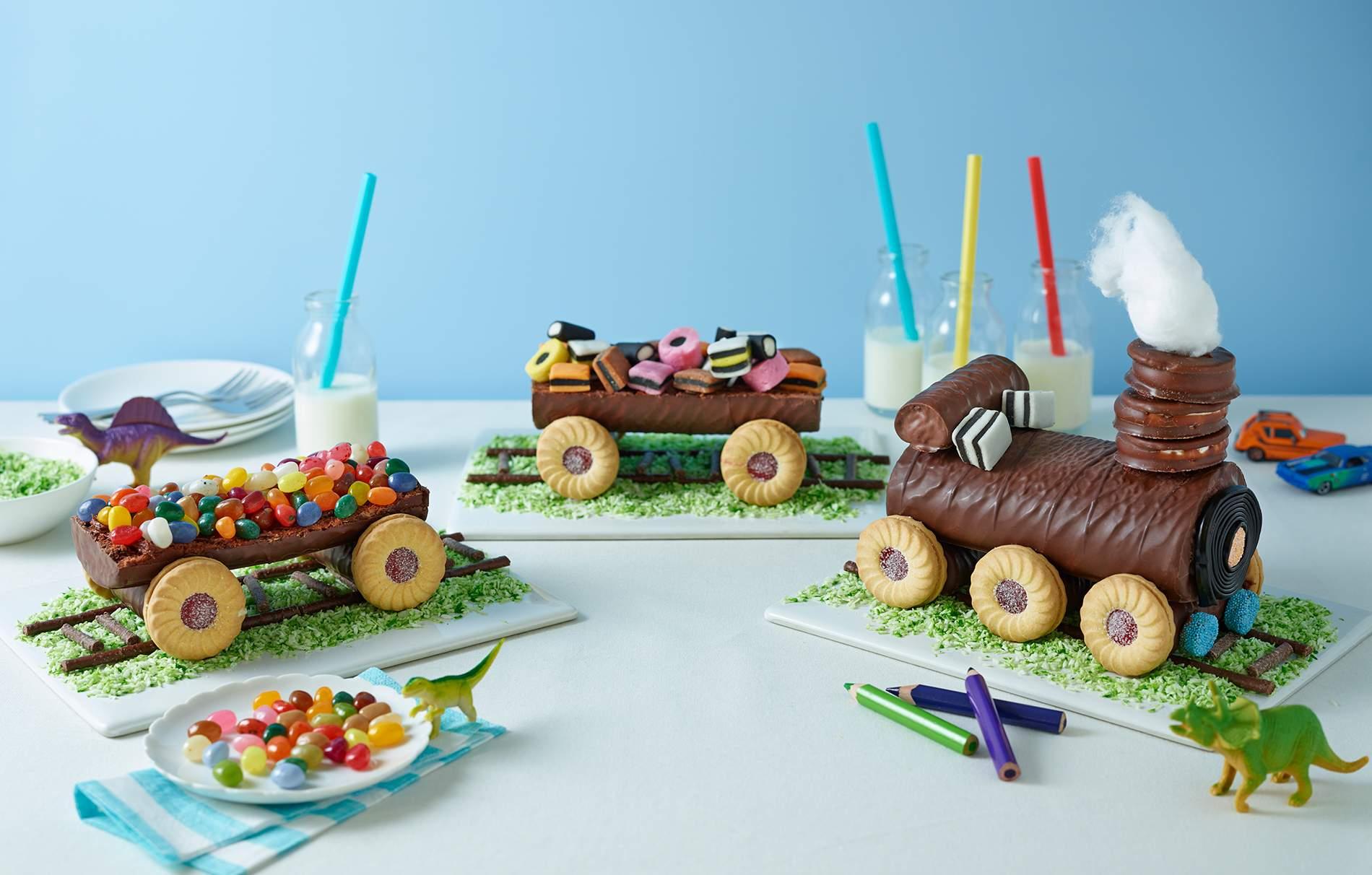 Pastel de tren sin hornear El pastel de tren sin horneado es TAN fácil de ensamblar a partir de pasteles y galletas comprados en la tienda, pero vale la pena el esfuerzo para hacer este impresionante pastel. Perfecto para una fiesta infantil
