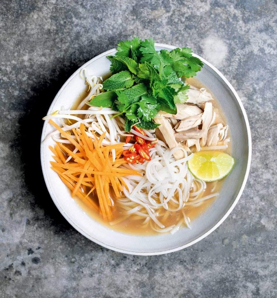 Pho de pollo de Tom Kerridge Este pho vietnamita está lleno de sabores aromáticos, como canela, cilantro, jengibre y limoncillo, y cubierto con un montón de hierbas frescas.