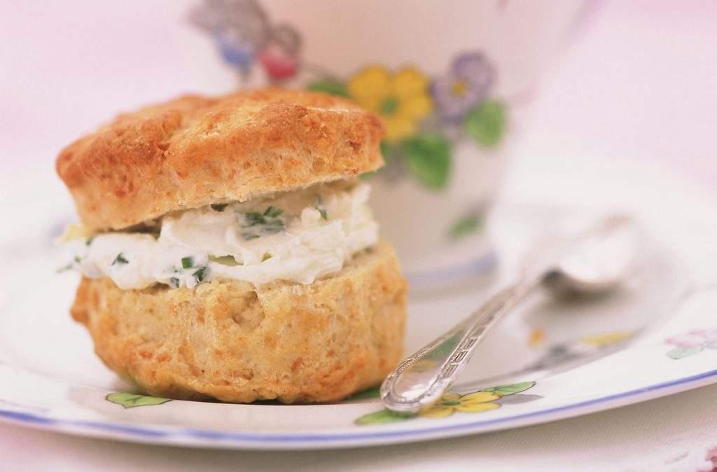 Receta de bollo de queso Los bollos de queso son bollos salados que se derriten en la boca y que se comen mejor ligeramente tibios, se dividen y se untan con una generosa cantidad de mantequilla sin sal