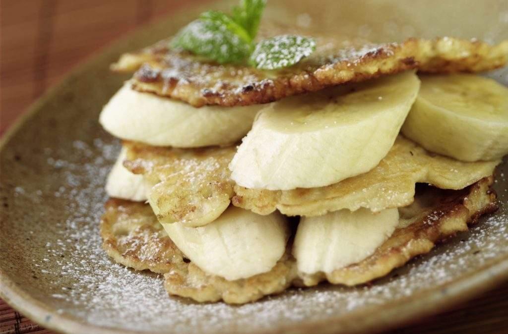 Receta de panqueques de banana con solo dos ingredientes Estos deliciosos panqueques de plátano de 2 ingredientes son mucho más saludables que la receta promedio de panqueques y tardan solo unos minutos en cocinarse.