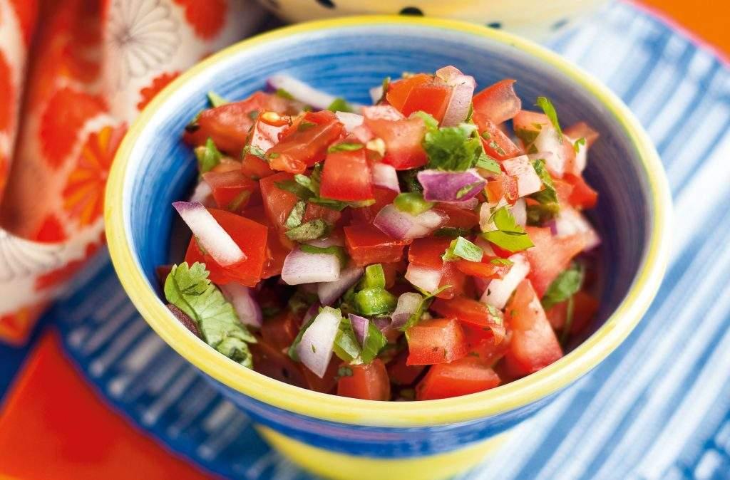 Salsa de tomate fresca Esta deliciosa y saludable salsa de tomate fresca es fácil de preparar y se sirve junto con fajitas, tacos y otras recetas mexicanas.
