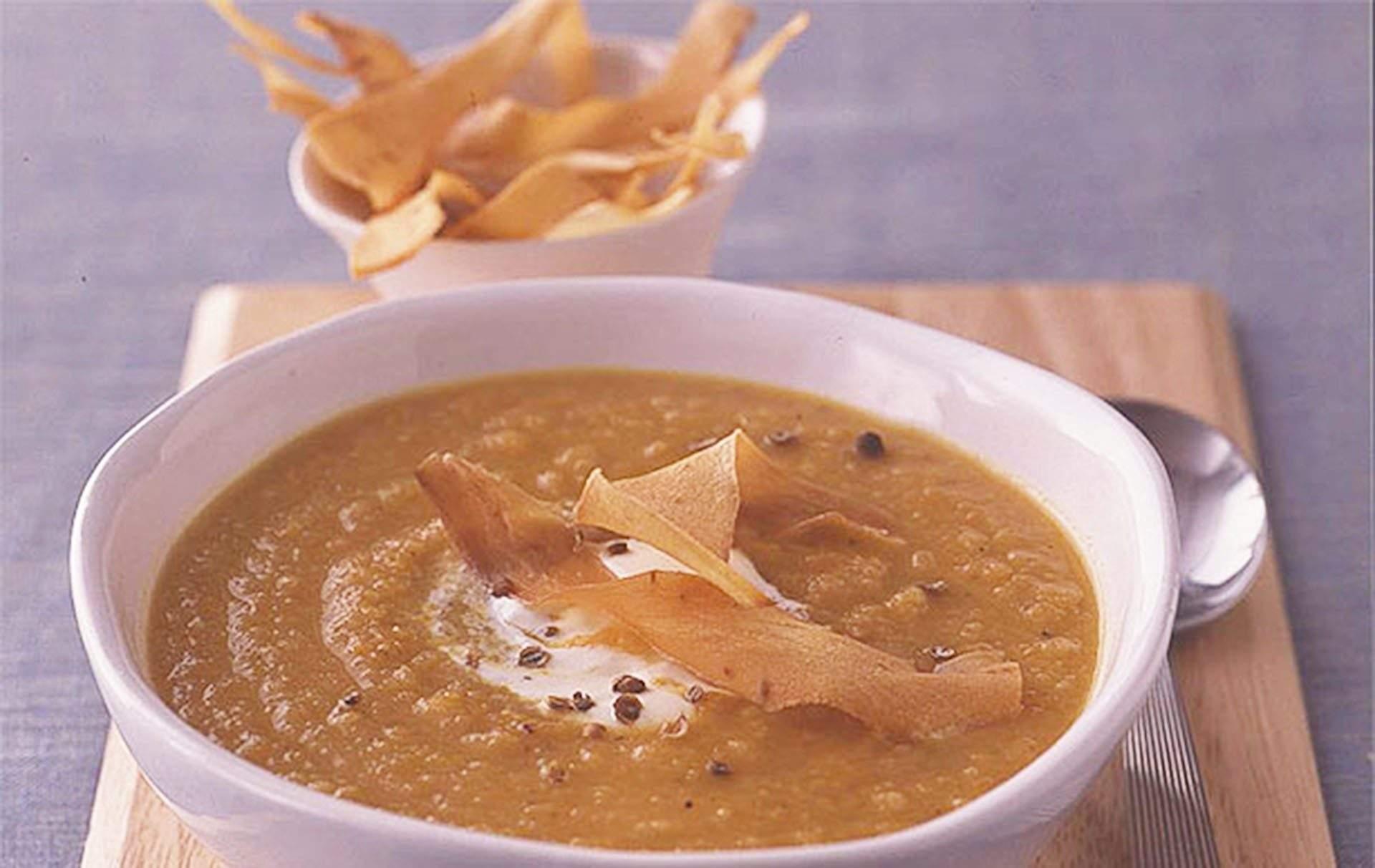 Sopa de zanahoria especiada, chirivía y sueco Calienta este invierno con esta receta picante de sopa de zanahorias, sueco y chirivía, cubierta con crujientes patatas fritas caseras, esta sopa es simplemente deliciosa.