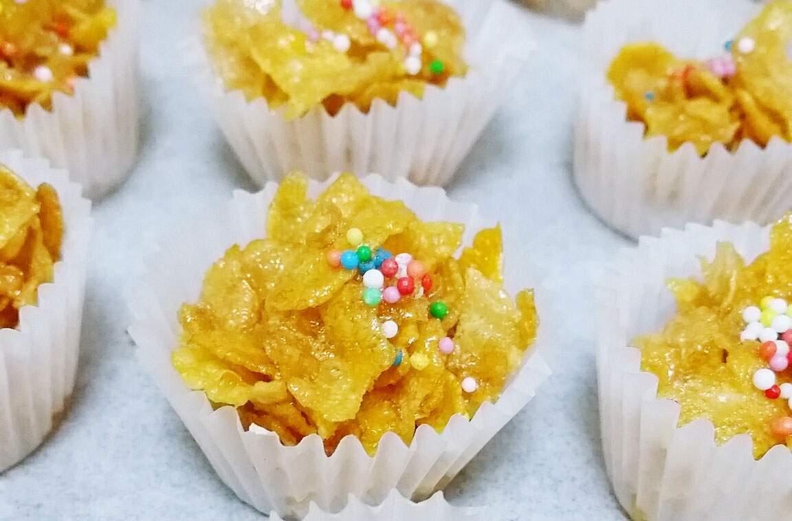 Tortas fáciles de copos de maíz Estos pasteles fáciles de Cornflakes usan solo cuatro ingredientes para hacer esta variación crujiente en el pastel de chocolate. ¡Esta receta es simple!