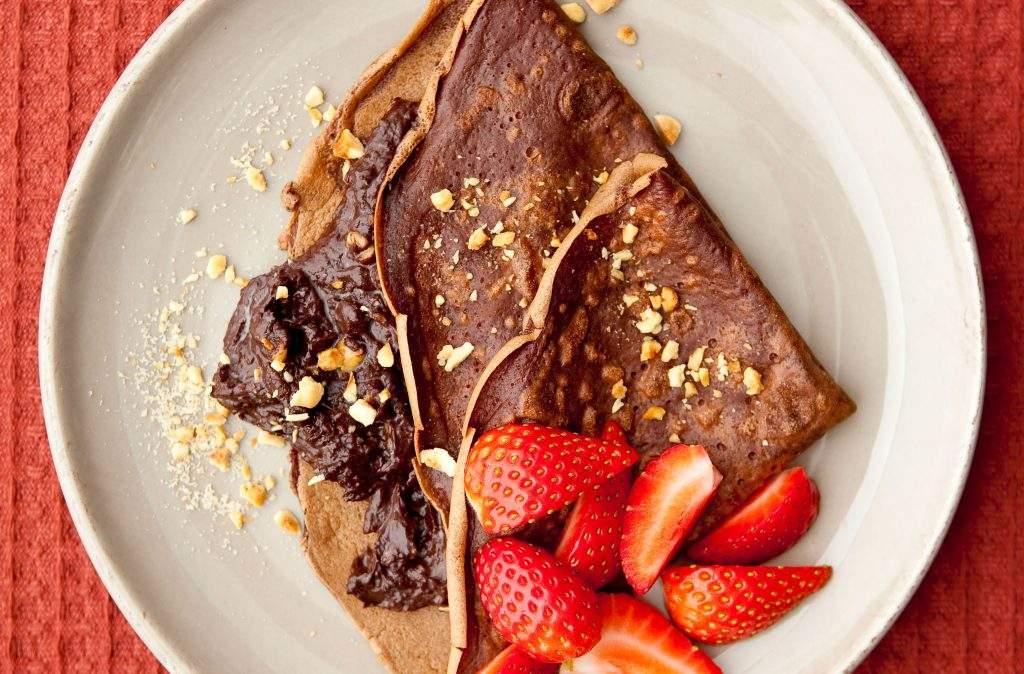 Tortitas de chocolate con crema de chocolate con avellanas El panqueque de chocolate con crema de chocolate con avellanas es delicioso, dulce y fácil de preparar. Los niños los amarán. Servir con fresas