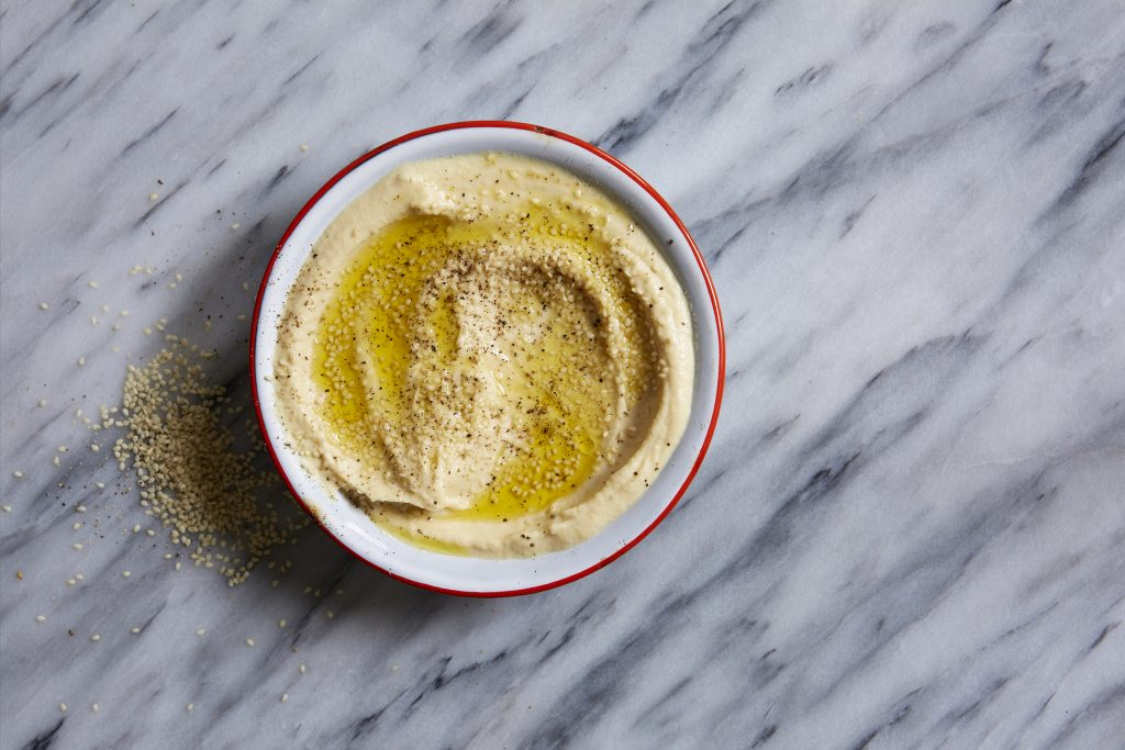 hummus Aprende a hacer hummus casero con nuestra receta rápida y fácil. ¡Prometemos que es mucho más sabroso que el comprado en la tienda!