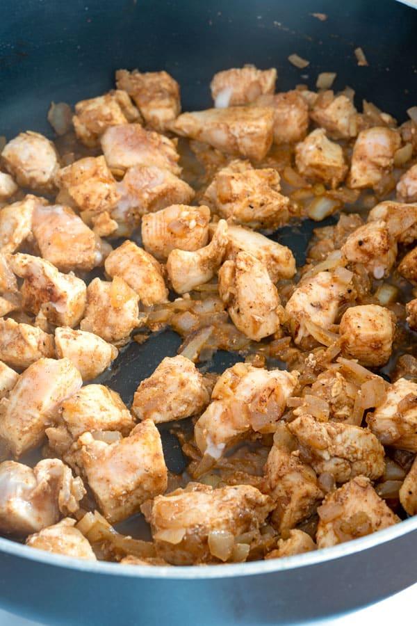 Cubitos de pollo salteados para pasta enchilada