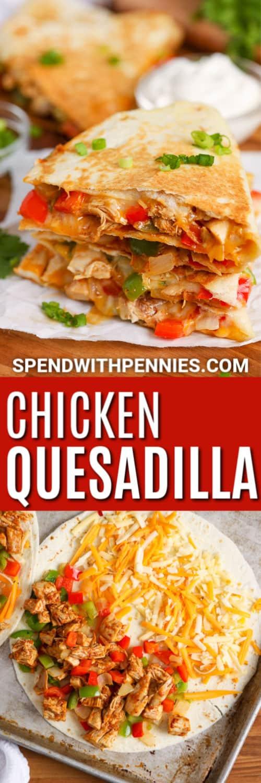 Una sartén de quesadillas de pollo preparadas con guacamole, crema agria y salsa.