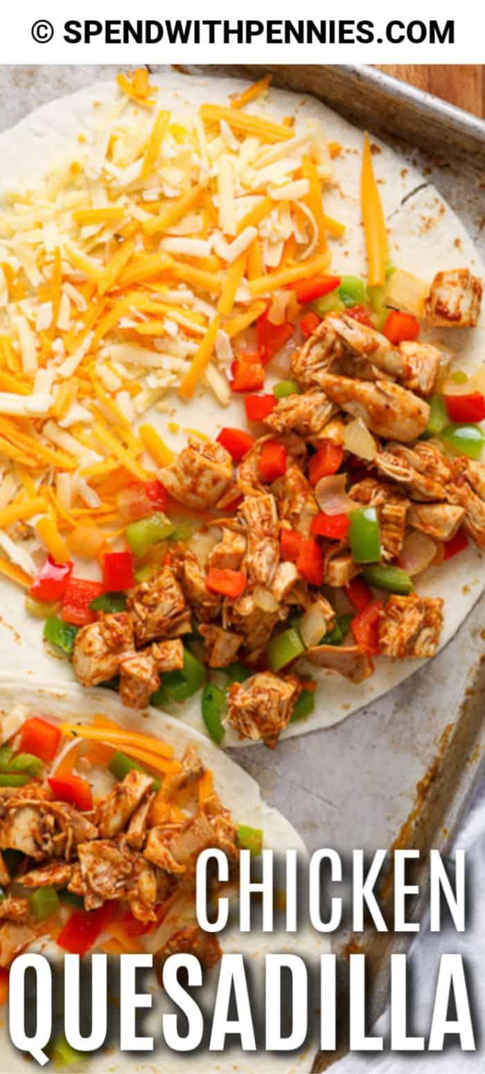 Una sartén de quesadillas de pollo con crema agria, salsa y guacamole.