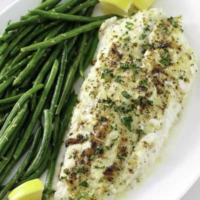 pescado blanco al horno en un plato