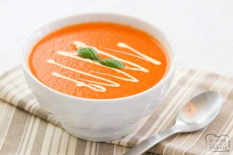 ¡Receta rápida y fácil de sopa de tomate y albahaca hecha en solo 10 minutos! Usamos tomates, caldo, albahaca fresca y mantequilla al estilo de San Marzano para hacer esta sopa de tomate suave y picante. Perfecto para una comida o almuerzo rápido entre semana.