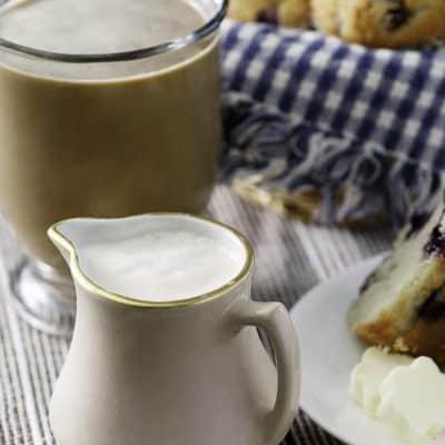 crema de café de vainilla francesa con una taza de café y muffins de arándanos