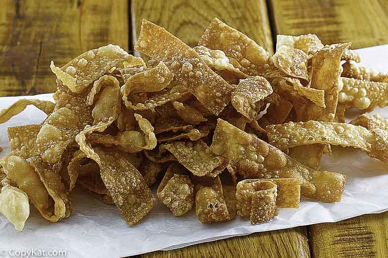 Tiras de Wonton frito crujientes fáciles
