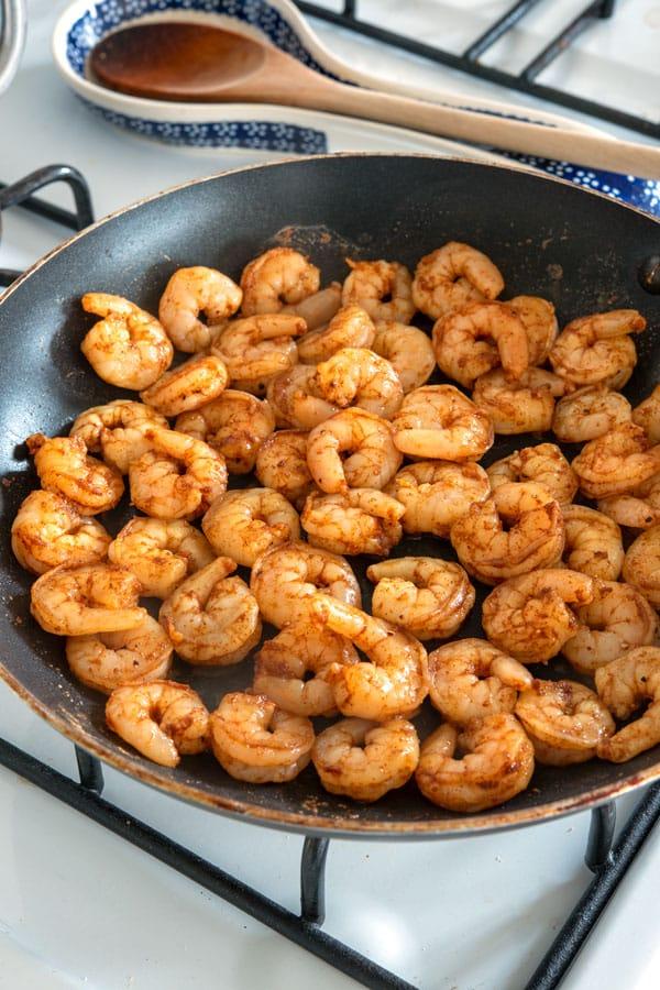 Cocinar camarones en una sartén para tacos de camarones