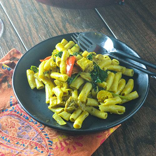 Pasta de pollo al curry amarillo: alimenta tu alma también