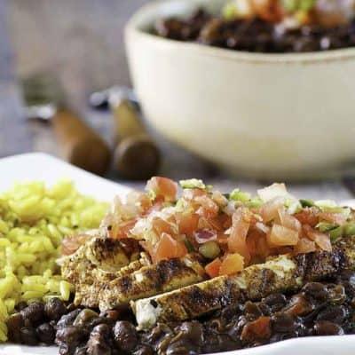 Un plato de frijoles negros vegetarianos servidos con pico de gallo