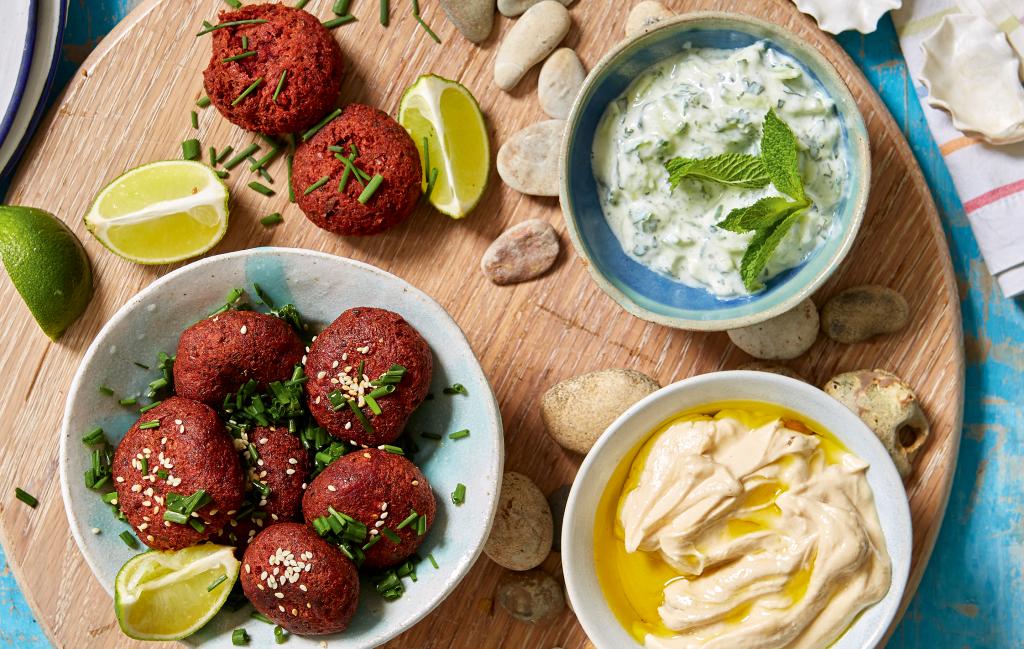Falafel de remolacha Una comida de fiesta súper versátil, ideal para verduras, y los amantes de la carne también les encantarán.