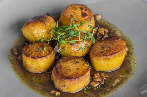 Las papas fondant de los Hairy Bikers Las papas fondant son una deliciosa actualización de los asados tradicionales, con sabor a ajo, tomillo y mantequilla.