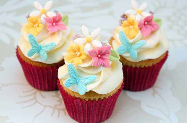 Pastelitos florales del día de la madre Sonríe en la cara de mamá este Día de la Madre haciendo estos hermosos cupcakes florales. Siga nuestras instrucciones para hacer los adornos usted mismo o compre decoraciones confeccionadas. Echa un vistazo a goodtoknow.co.uk para obtener más recetas del Día de la Madre