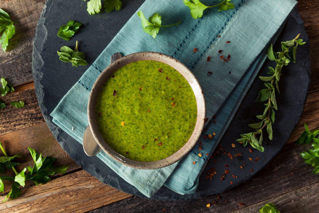 Salsa chimichurri La salsa de chimichurri es originaria de Argentina y tiene un sabor fuerte y herbáceo. Esta receta rápida y fácil es tan barata como hacer papas fritas y queda deliciosa con muchas carnes