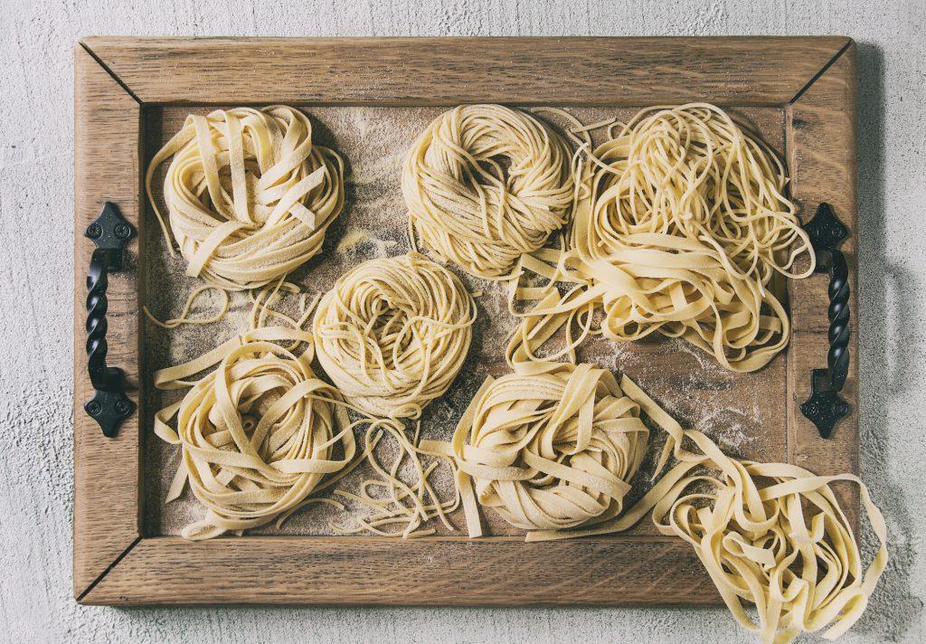 Tagliatelle casero ¿Alguna vez intentaste hacer pasta con stratch? Definitivamente vale la pena el esfuerzo. Esta receta de tagliatelle casera te muestra cómo hacer deliciosas pastas en casa