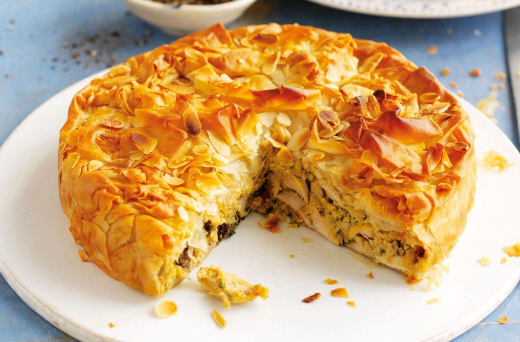 Tarta de pollo Esta receta de pastel de pollo proviene de Sophie Conran. Envuelto en hojaldre, este pastel de pollo tiene una salsa espesa y se puede adaptar fácilmente para incluir champiñones, zanahorias y otros favoritos.