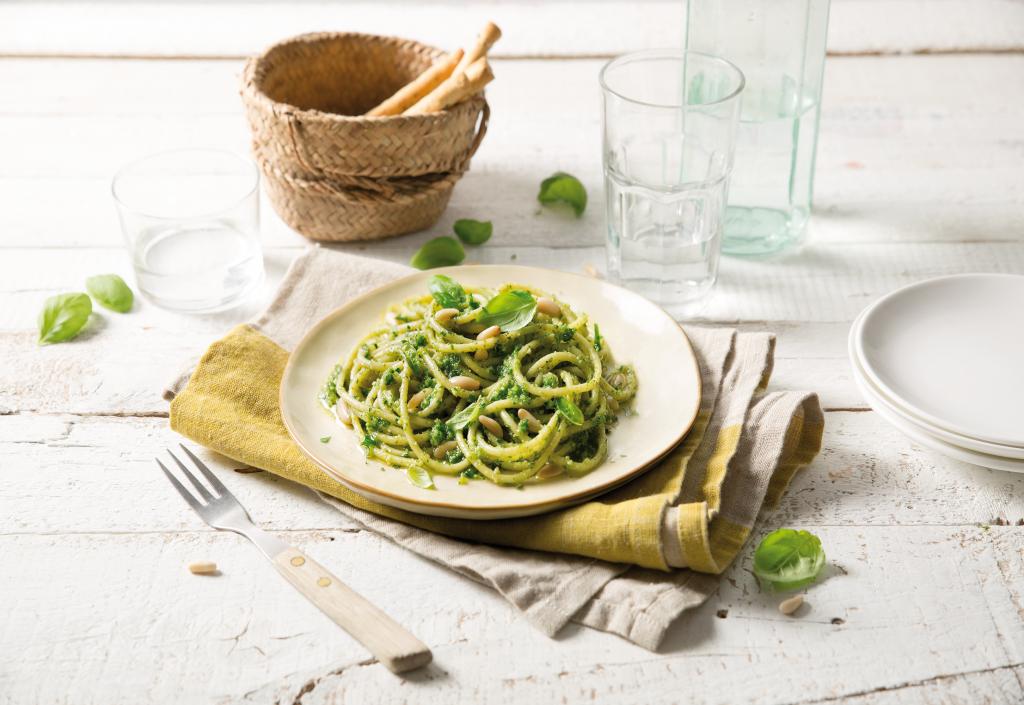 Espagueti con pesto y piñones Esta receta de espagueti con pesto y piñones de Barilla es el salvador perfecto para la cena entre semana.