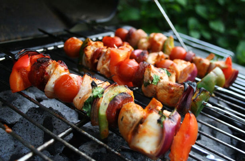 Kebab de pollo con chile dulce Los kebabs de pollo con chile dulce son perfectos para cocinar en la barbacoa. Repleto de verduras y pollo tierno, estos kebabs son perfectos