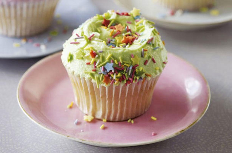 Los pasteles de vainilla de la panadería Colibrí Estos pastelitos de vainilla, cubiertos con glaseado de vainilla de color caramelo y chispas, son lo que mejor conoce a Hummingbird Bakery. ¡Una receta fácil!