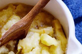Manzanas estofadas Las manzanas guisadas son muy fáciles y versátiles, ya que puedes usarlas para hacer tarta de manzana o con cerdo asado. Están listos en 30 minutos y durarán una semana.