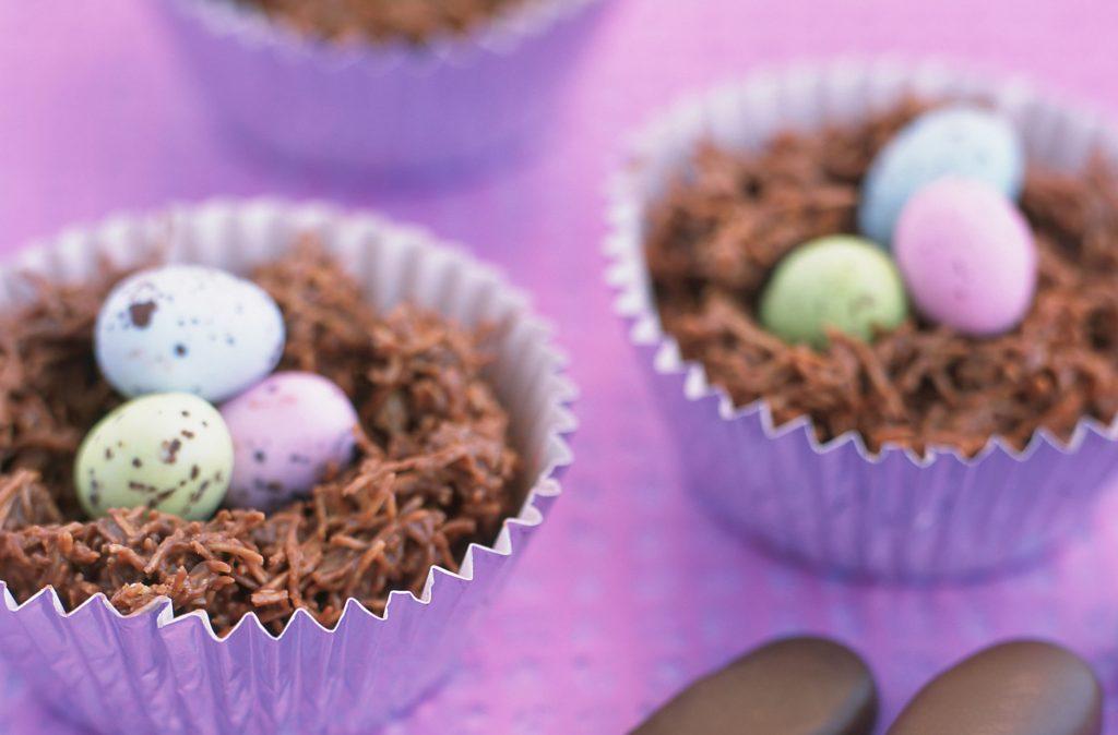 Nidos de copos de maíz de chocolate Estos deliciosos nidos de copos de maíz de chocolate son perfectos para hacer con los niños el domingo de Pascua o como un regalo de Pascua que pueden disfrutar juntos.