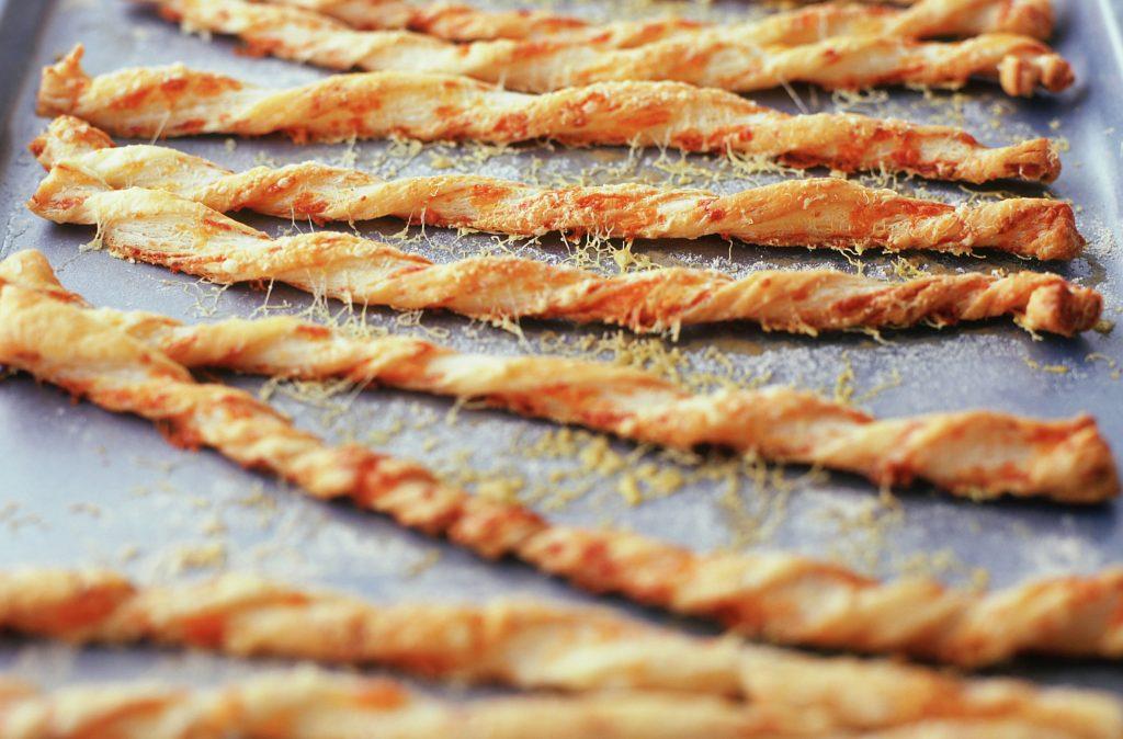 Pajitas de queso simples Esta sencilla receta de pajitas de queso te muestra cómo hacer un favorito a la antigua. Servirlos con bebidas o como un sabroso refrigerio.