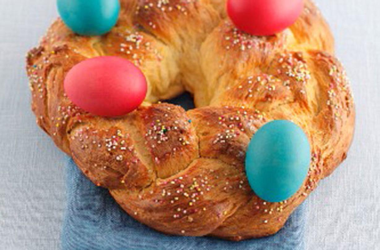 Pan de Pascua Esta clásica receta de pan de Pascua es muy simple y fácil de hacer. Empacado con una textura suave y toques de ralladura de naranja, este sabroso pan es perfecto.