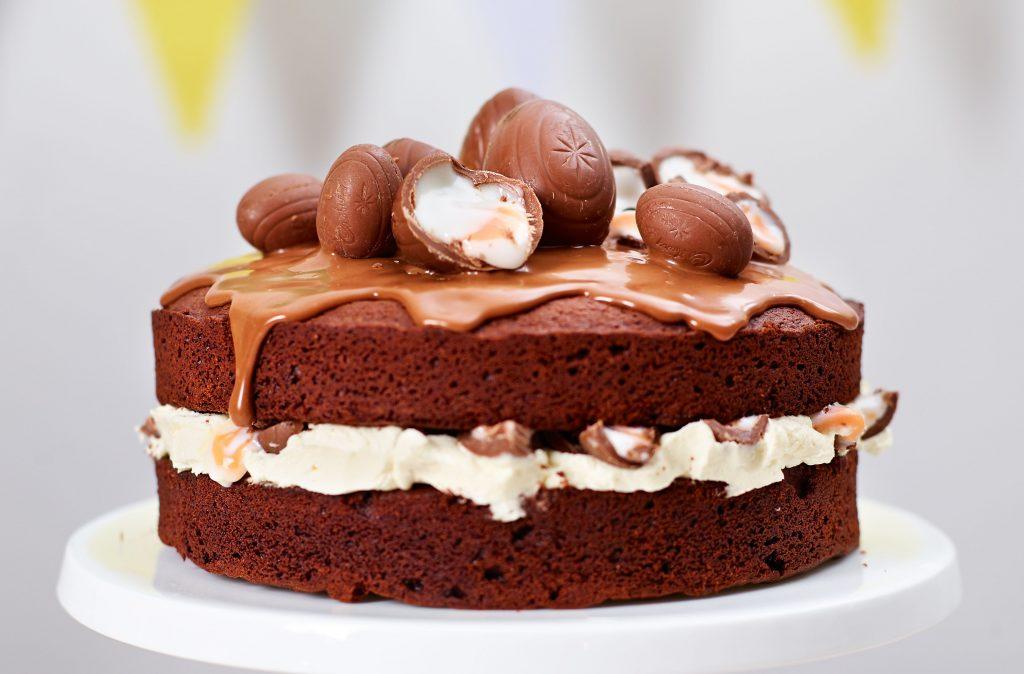 Pastel de huevo con crema El pastel de huevo cremoso hecho con una rica esponja de chocolate y muchos huevos cremosos es el único pastel que necesita para la Pascua, ya sea para el té de la tarde o el postre de Pascua.