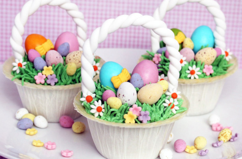 Pastelitos con forma de cesta de Pascua Haga estos cupcakes de canasta de Pascua como dulces y deliciosos dulces de Pascua. Una esponja suave y húmeda y una cobertura azucarada impresionante