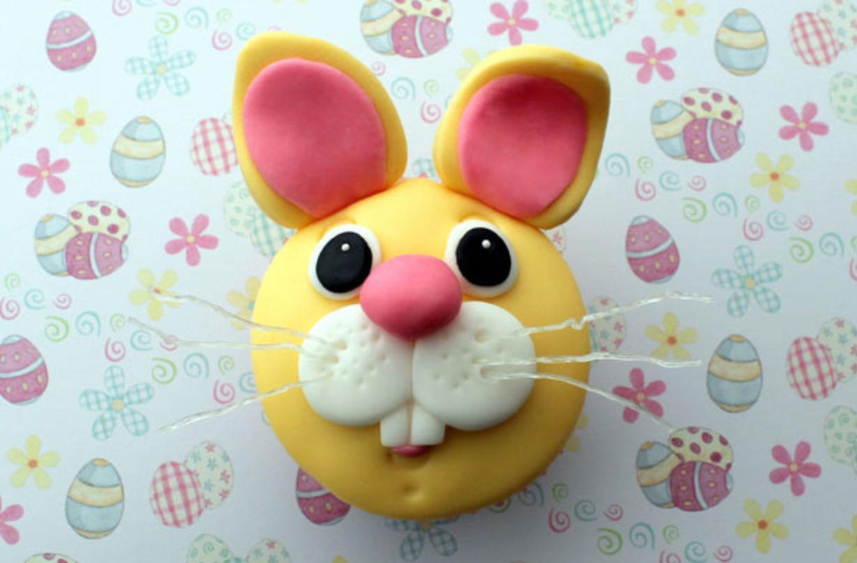 Pastelitos de conejito de pascua Estos simples y dulces cupcakes de conejito de Pascua son perfectos para las vacaciones. A los niños les encantarán las lindas caras de conejito y la esponja húmeda dentro