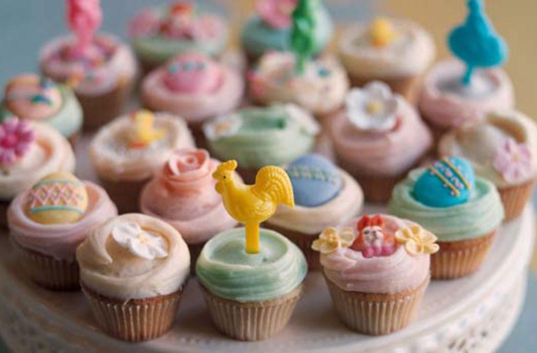 Pastelitos de vainilla de pascua Se garantiza que estos deliciosos cupcakes de Primrose Bakery impresionarán a los invitados, además de que son excelentes golosinas de Pascua para los niños.