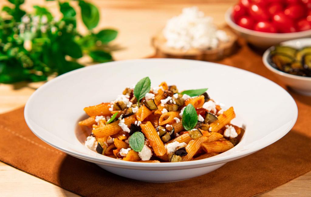Penne alla norma Penne rigate alla norma, también conocida como pasta penne con berenjena y queso ricotta, es uno de los platos italianos más conocidos.