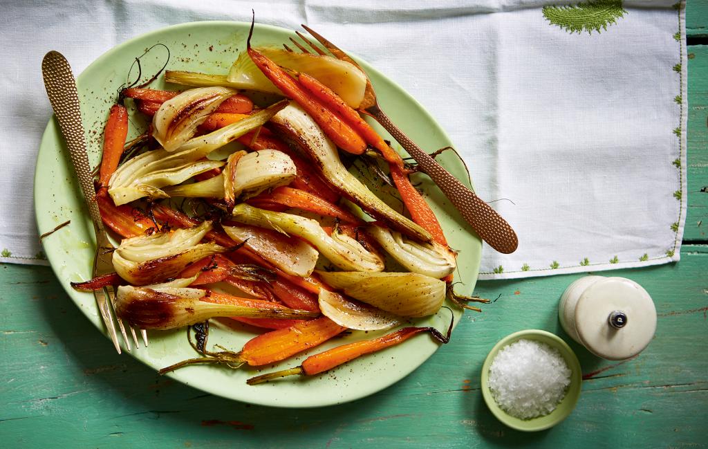 Receta de zanahoria y zanahoria asada Sumac Las zanahorias asadas van bien con el hinojo, que se endulza mientras se cocina.
