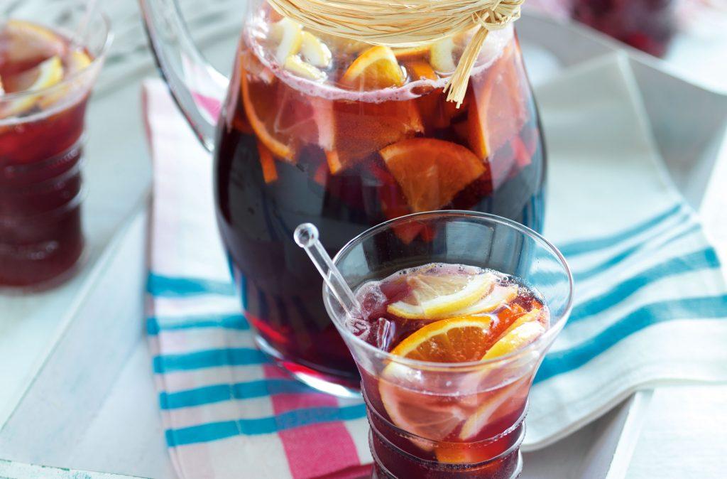 Sangría Esta es una receta básica de sangría, pero puede agregar tantas de sus frutas favoritas, especias (como clavos) y alcohol como desee.