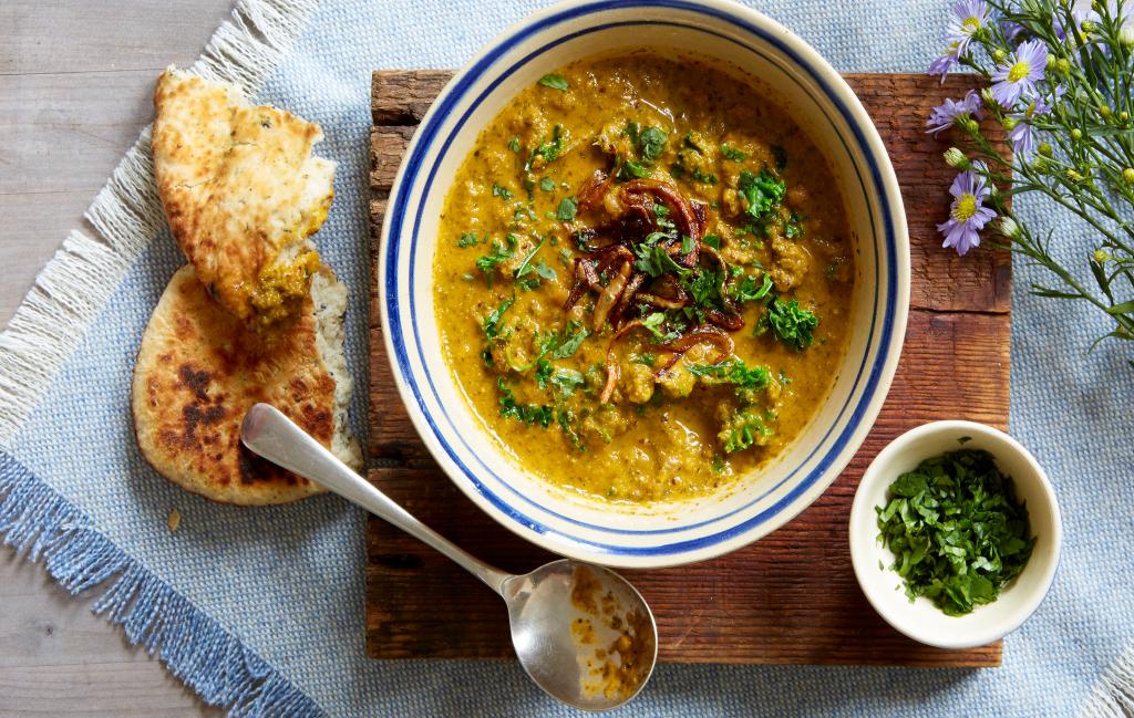 Sopa de lentejas y col rizada Esta receta de sopa de lentejas y col rizada es reconfortante, cremosa y llena de bondad.