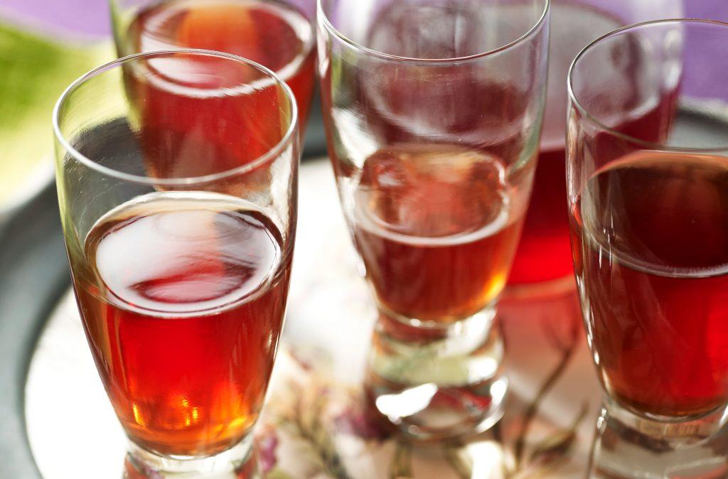 Cómo hacer ginebra de endrinas Sloe gin es muy fácil de hacer y es absolutamente delicioso (¡aunque sea un poco peligroso ya que no sabe a alcohol!). Nuestra receta está lista en 30 minutos.