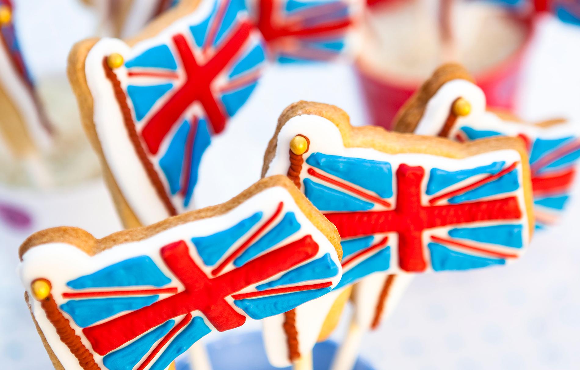 Cookies de bandera Union Jack Perfectas para cualquier celebración real, estas lindas galletas Union Jack son un regalo divertido para una fiesta. Fácil de hacer, todo lo que necesitas es un poco de glaseado rojo, blanco y azul