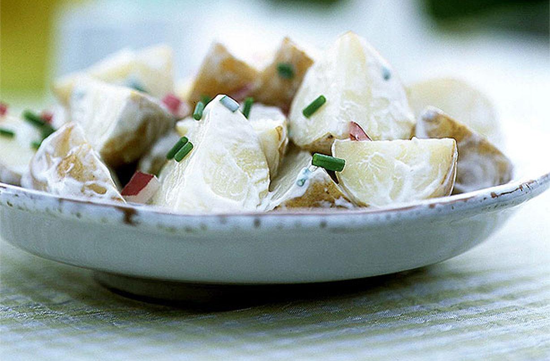 Ensalada de papas Aprende a hacer ensalada de papa con esta receta clásica. Elija una salsa ligera o cremosa en nuestra receta fácil de ensalada de papa. Esta ensalada de papa es simple y deliciosa.