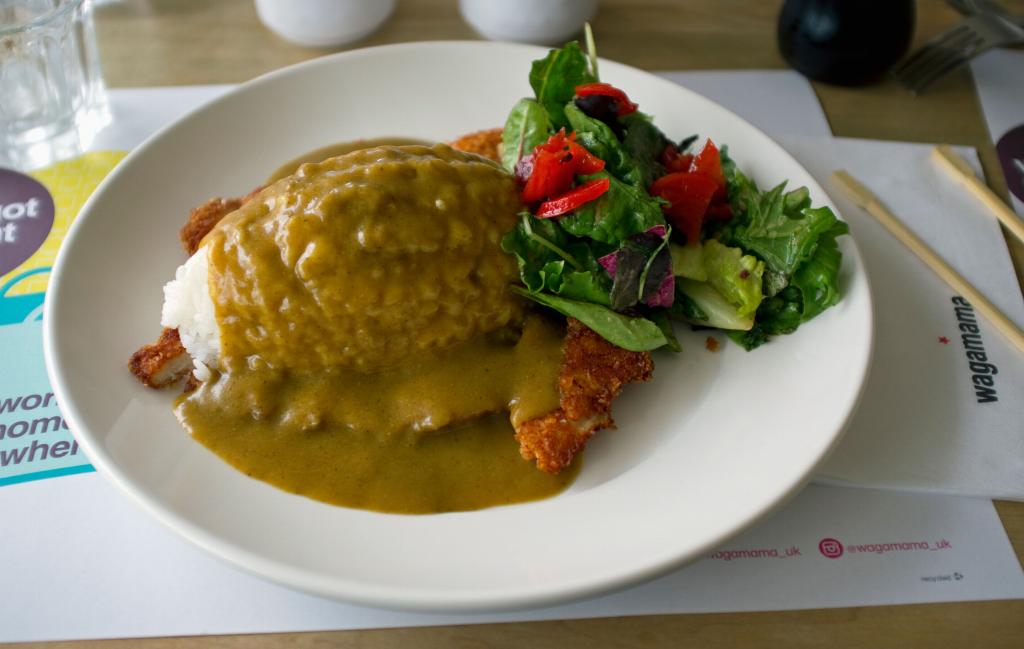 Wagamama pollo al curry katsu Recientemente, la cadena de restaurantes Wagamama lanzó un tutorial en línea para mostrarnos a todos cómo hacer su famosa receta de pollo al curry katsu desde casa.