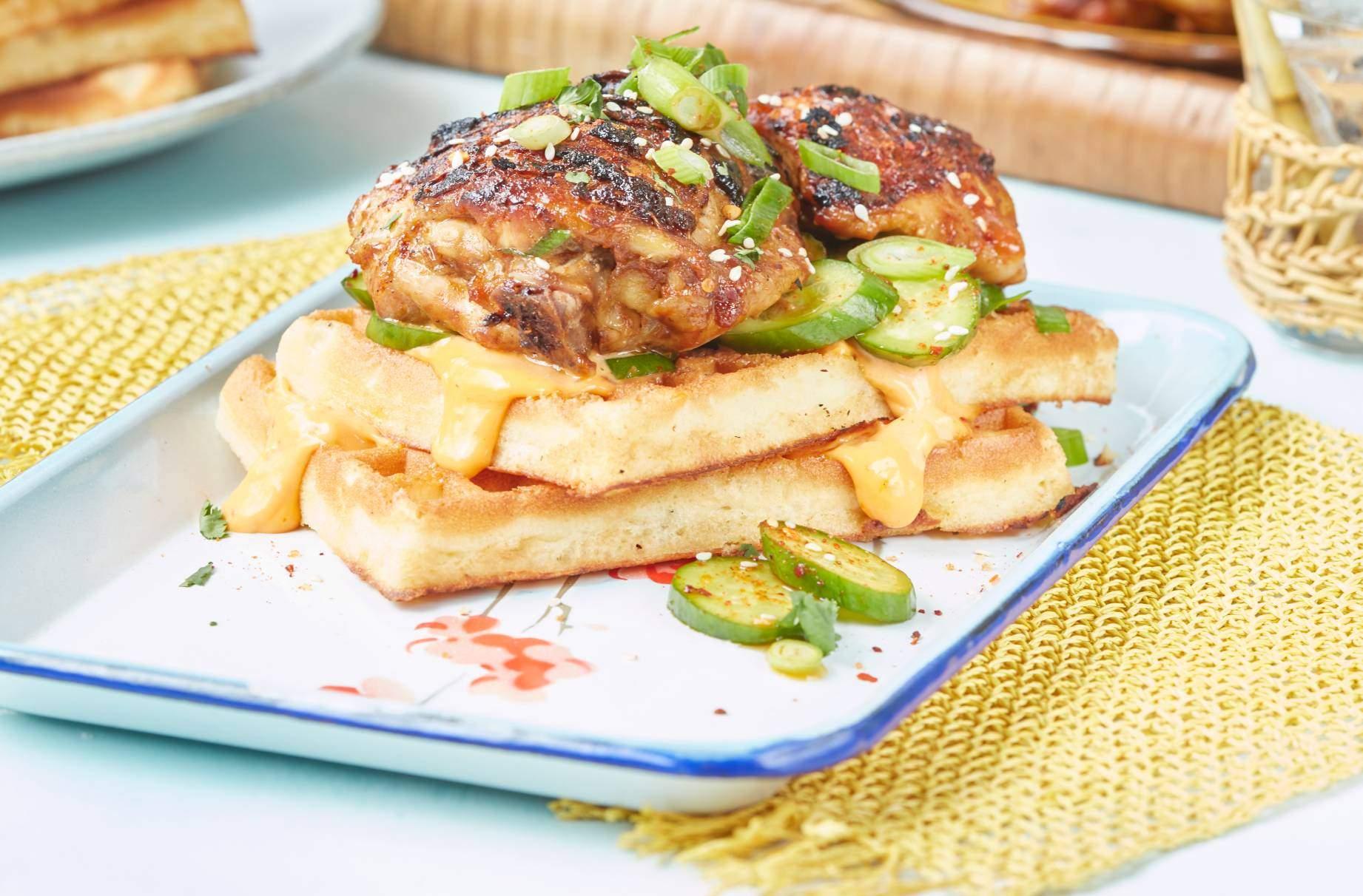 Barbacoa coreana de pollo y gofres Esta receta de pollo y gofres coreanos a la barbacoa lo transportará a las calles frescas de Corea del Sur con un toque de comida reconfortante estadounidense.