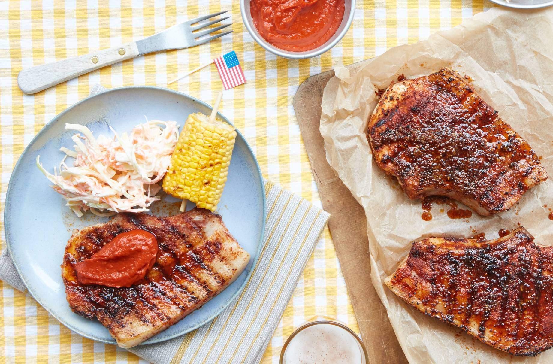 Chuletas de cerdo estilo americano con salsa barbacoa Para saborear el Medio Oeste de Estados Unidos, debes preparar estas chuletas de cerdo dulces y picantes al estilo americano con salsa de barbacoa.