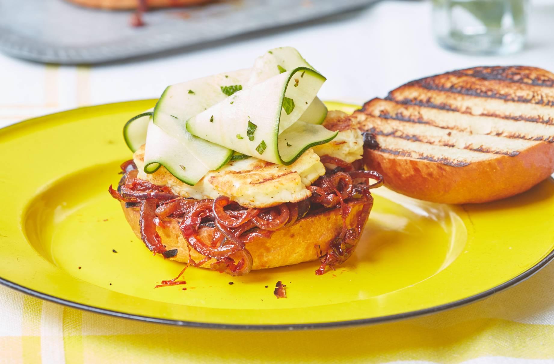 Hamburguesa de cebolla y halloumi harissa con cintas de calabacín Nuestra hamburguesa Harissa de cebolla y halloumi con cintas de calabacín seguramente se convertirá en un nuevo plato vegetariano básico de barbacoa.