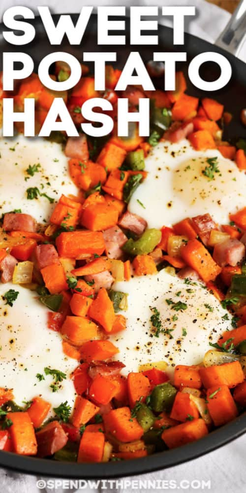 Hash de batata en sartén con huevos y escritura